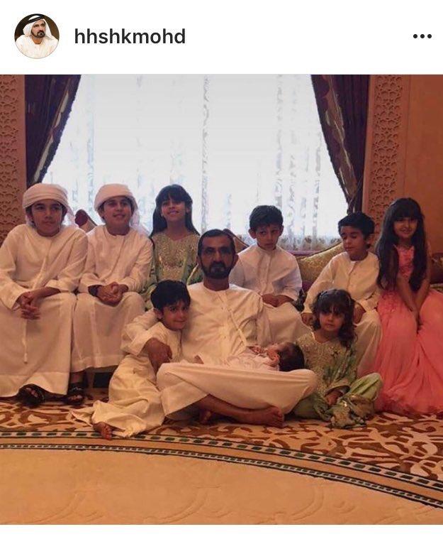 صورة عائلية لصاحب السمو الشيخ محمد بن راشد آل مكتوم مع احفاده