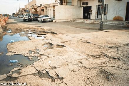 عين الباشا تعاني من المياه والحفر في الشوارع