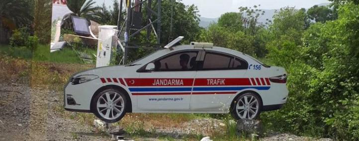 لإخافة السيارات المسرعة ..  الشرطة التركية تستخدم سيارات مزيفة من الورق!