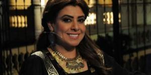 بالصور ..  نشوى مصطفى بالحجاب تؤدي العمرة وظهور نادر لوالدتها