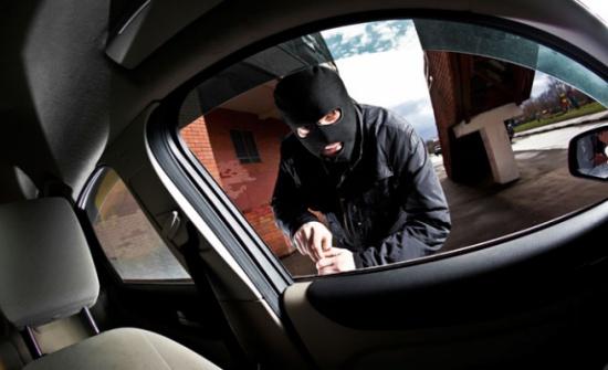 الأمن يُحقق في سرقة 49 ألف دينار من سيارة مواطن أمام أحد البنوك في شفا بدران