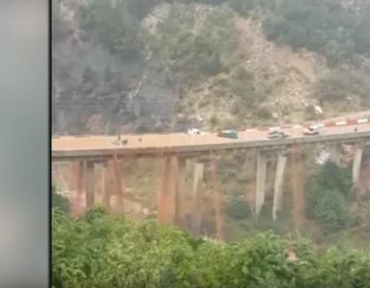 بالفيديو :هذا ما حدث فوق جسر بلبنان شهد امطار وفيضانات عنيفة