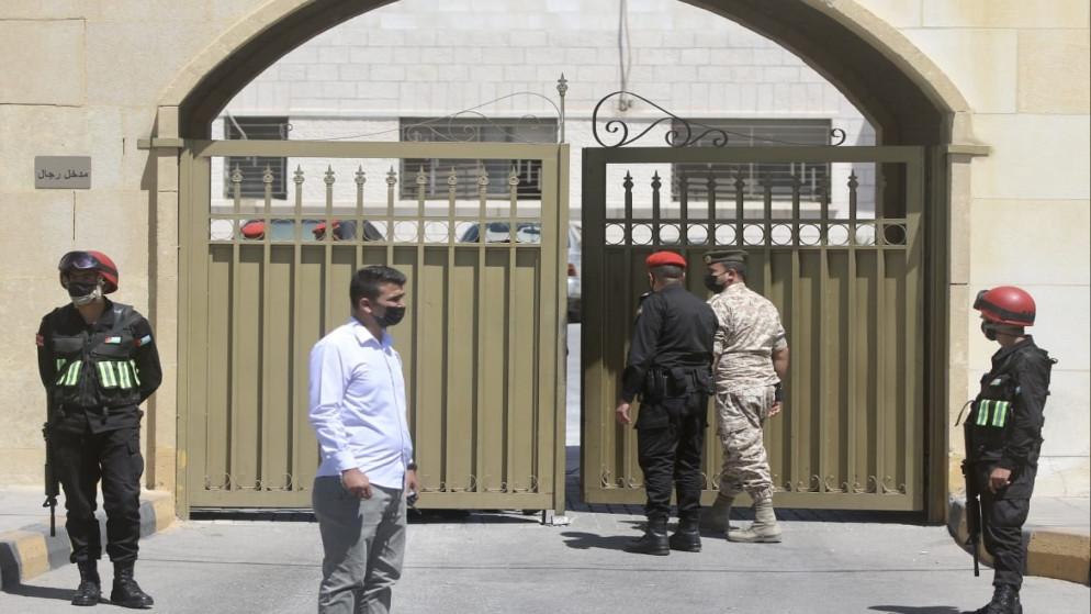 """باسم عوض الله والشريف حسن يصلان محكمة أمن الدولة في ثاني جلسات قضية """"الفتنة"""""""