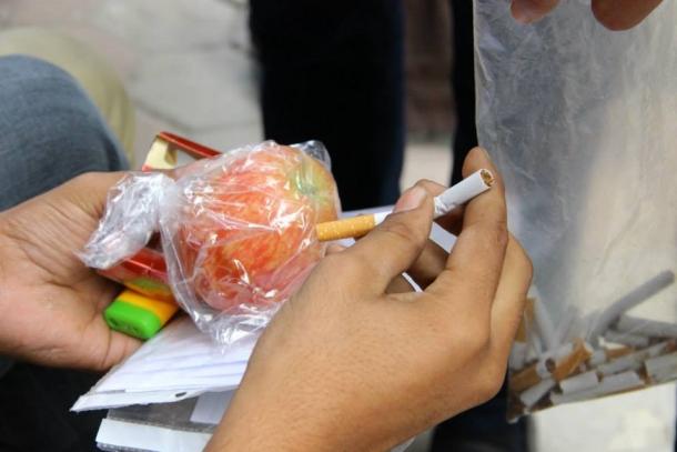 """بالصور : """"أعطنا سيجارة وخذ تفاحة"""" حملة لمكافحة التدخين بغزة"""