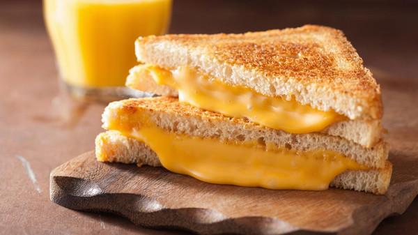 احذروا.. الجبنة الكريمي والشيدر تزيد خطر سرطان الثدي