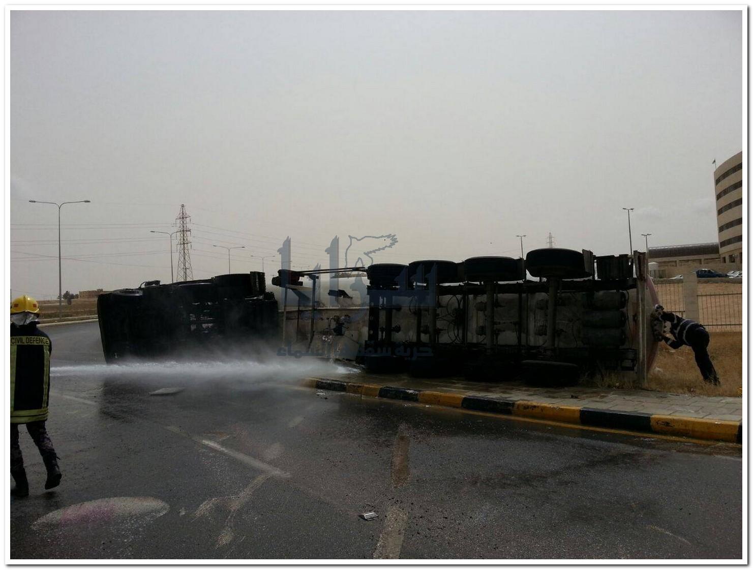 """تدهور صهريج محمل بالغاز قرب مستشفى الزرقاء الحكومي و اصابة سائقه """" صور """""""