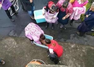 بالصور: صينية فقدت توازنها فسقط طفلها من يديها في المرحاض .. تفاصيل