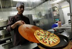 (Pizza Hut) تدرس خيار الإفلاس وسط الديون الكبيرة والمنافسة الشرسة