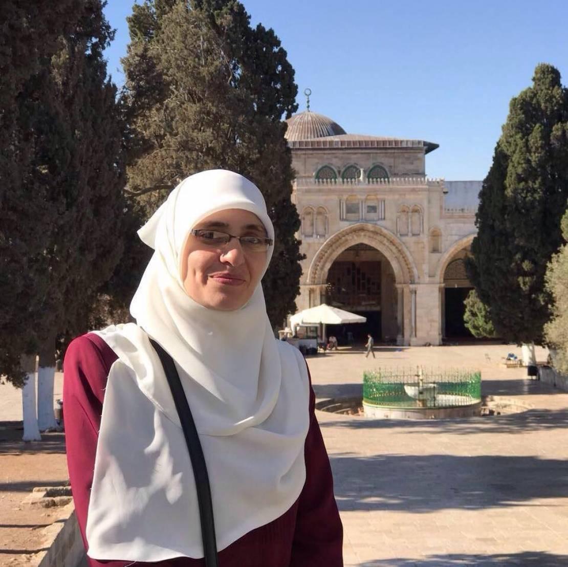 بالصور  ..  بعد اقتحام منزلها في القدس ..  الاحتلال يعتقل المعلمة هنادي الحلواني