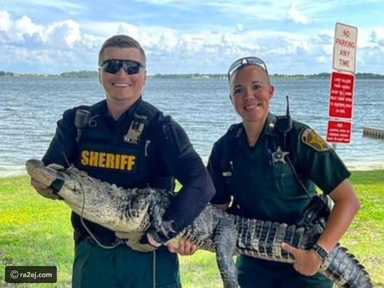 بالصور  ..  رجال الشرطة تصطاد تمساحًا بطول 5.5 قدم من داخل منزل عائلي