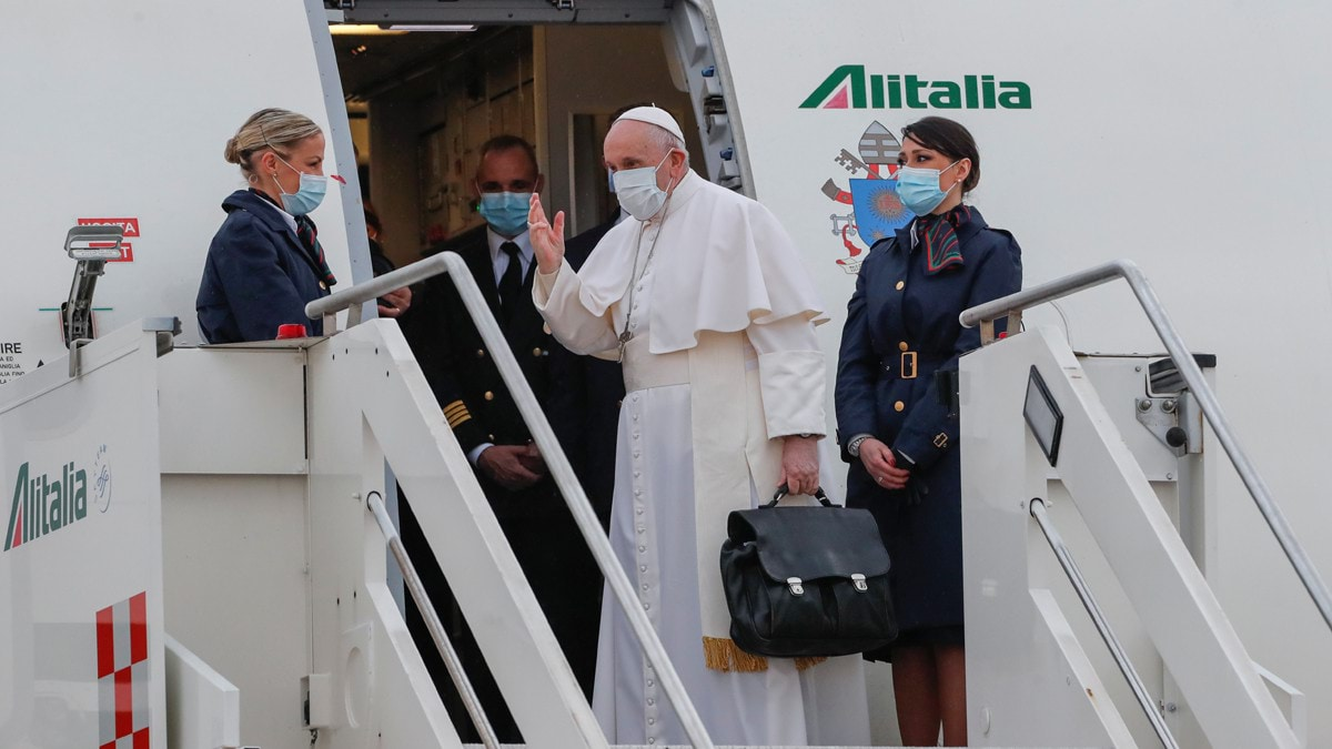 يصر على حملها بيده ..  ماذا في حقيبة البابا فرانسيس؟