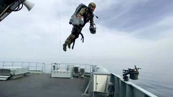 شاهد ..  البحرية الملكية البريطانية تختبر بدلة نفاثة تتحدى الجاذبية ..  إليكم كيف تعمل