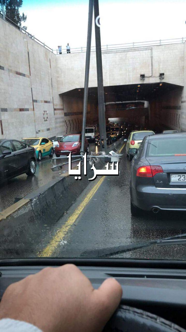 بالصور  ..  عمان : سقوط عمود بنفق الرابع يتسبب بازمة سير خانقة