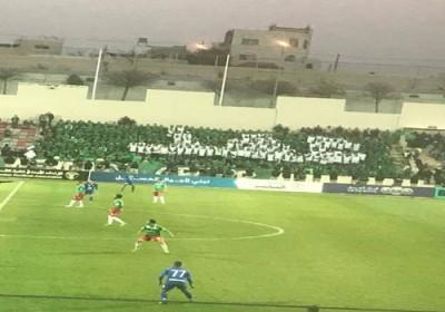 """الامير علي بن الحسين يمشي و يصفق لجماهير الوحدات بعدما رسموا كلمة""""عهد"""""""