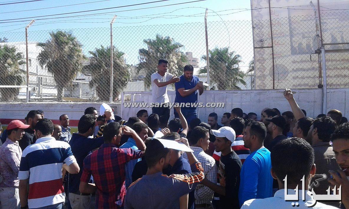 """بالفيديو والصور .. عمان : """"لليوم الثاني"""" عمال مياومة يعتصمون .. و الكهرباء الاردنية تتجاهلهم"""