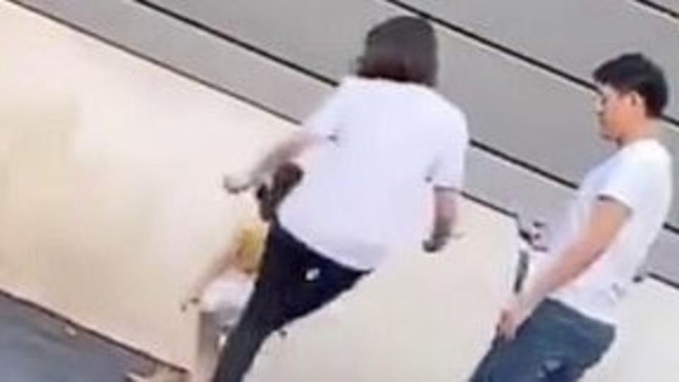 بالفيديو ..  أم تعنف طفلتها بركلة مباغتة لسبب صادم تصير مواقع التواصل الاجتماعي
