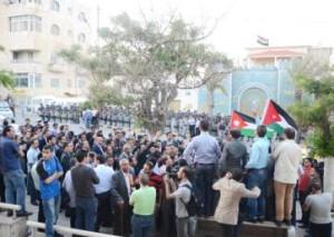 مناوشات بين المحتجين والدرك بعد محاولتهم اقتحام السفارة العراقية