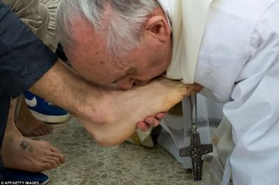 بالصور  ..  البابا يكسر تقاليد الكنيسة ويغسل قدمي امرأة مسلمة