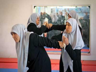 شرطّيات حماس بغزة يتدرّبن على الفنون القتالية