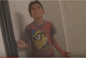 """فيديو مؤلم .. طفل سوري يتحدث لمسعف : """" عمو مشان الله .. ابوي مات ؟؟ """" ؟"""