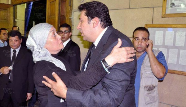 بعد معانقة وتقبيل هاني رمزي .. هالة فاخر: حجابي لا يمنعني من تقبيل زملائي