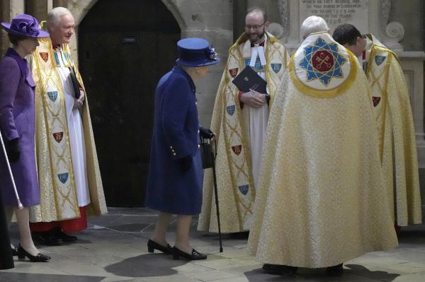 إطلالة نادرة للملكة إليزابيت مستعينة بعصا
