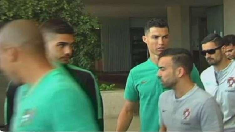 شاهد ..  ماذا طلب رونالدو من مشجع بعد توقيعه على قميص ريال مدريد؟