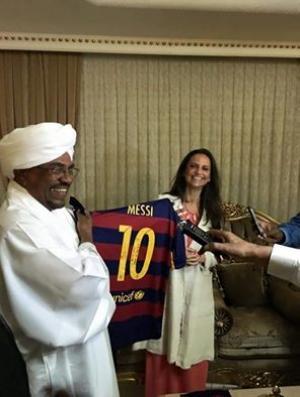 بالصور .. ميسي يهدي قميصه الى الرئيس السوداني