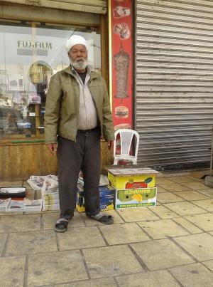 """وفاة المصري """"علي"""" اشهر بائع صحف في العقبه"""