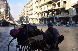 """بالصور .. """"مُسنة"""" سورية توفيت في حلب على كرسي متحرك امام الكاميرات قبل أن يودع زوجها اولاده السبعة بقصف جوي"""