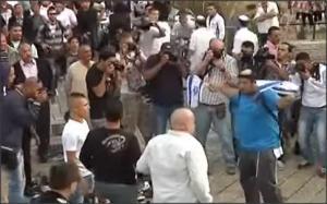 بالفيديو .. فلسطينيون يلقون الاحذية على جنود الاحتلال في القدس