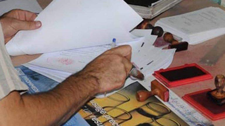 مصري بالكويت يزور معاملة مواطنة لسبب غريب