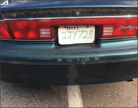 """سائق استخدم لوحة ترخيص مزيفة مصنوعة من """"علبة بيتزا"""""""