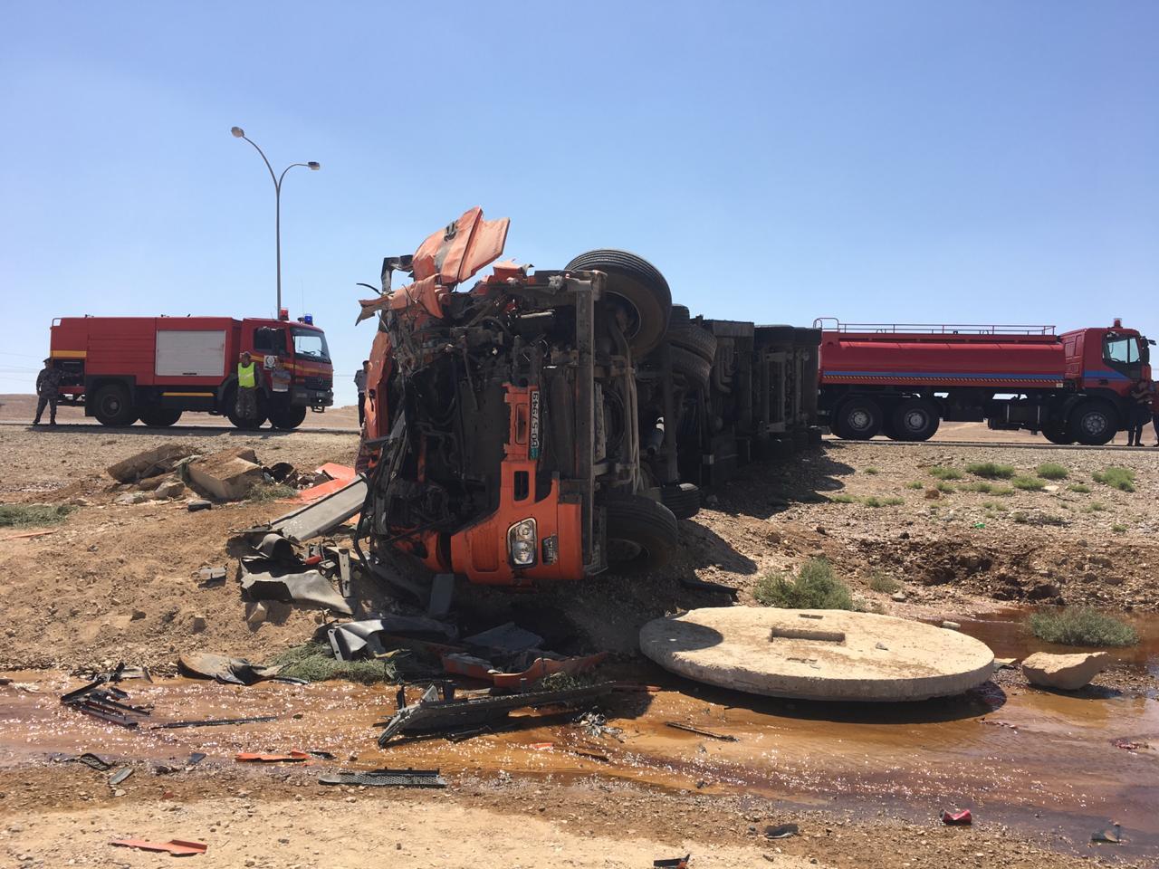 بالصور  ..  إصابة شخص اثر حادث تدهور صهريج على الطريق الصحراوي