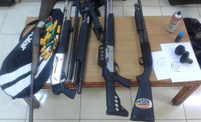 جرش: القبض على مطلوب وضبط عدد من الاسلحة بمداهمة امنية