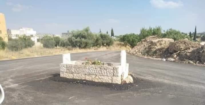"""اربد : تفاصيل جديدة حول القبر """"الدوار"""" في قرية ناطفة واهل المتوفى يبررون موقفهم والبلدية ترد"""