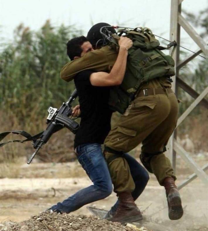 """بالفيديو  .. الدماء على الجدران ورائحة المسك تفوح من مكان استشهاد الفدائي الفلسطيني """"عمر ابو ليلى"""""""