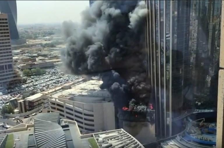 بالفيديو  ..  حريق ضخم يلتهم أحد الأبراج في الكويت