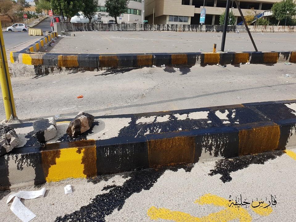 بالصور  ..  مجهولون يسكبون زيوتا في موقع اعتصام الدوار الرابع