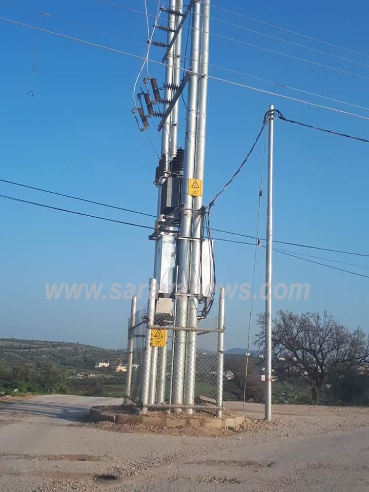 بالصور ..  اربد : محول كهرباء ضغط عالي يتوسط طريق في لواء الكورة
