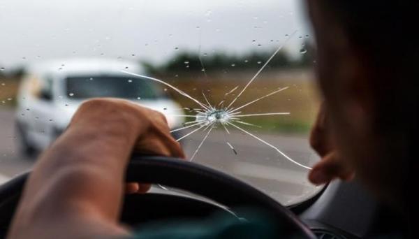 """ماذا تفعل إذا ارتطمت """"الحجارة"""" بزجاج سيارتك الأمامي؟"""