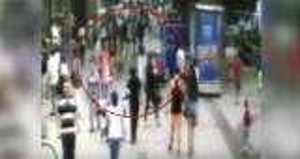بالفيديو: حفرة تبتلع المارة على ممشى مزدحم بالصين!