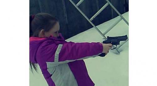 أب يهدي طفلته مسدسا في عيد ميلادها الخامس