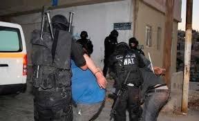 القبض على (3) لصوص سرقوا (60) ألف دينار من صرافات آلية لأحد البنوك .. صورة