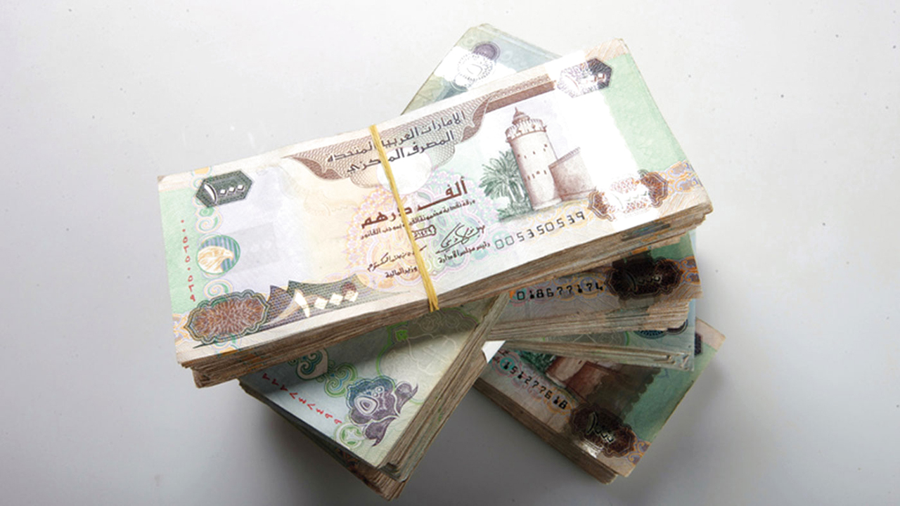 طالَبَ بـ100 ألف درهم تعويضاً عن رسالة نصية