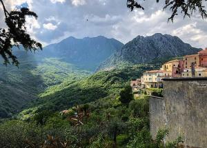 قرية إيطالية تعرض 25 ألف يورو على الوافدين للإقامة فيها ..  تفاصيل
