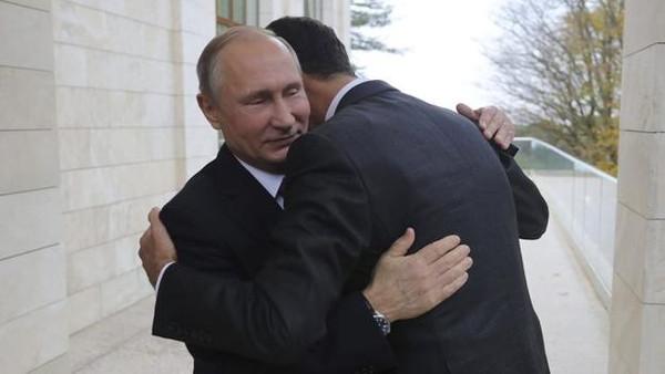 شاهد صورة بشار الاسد و هو يحتضن بوتين تثير ضجة على مواقع التواصل