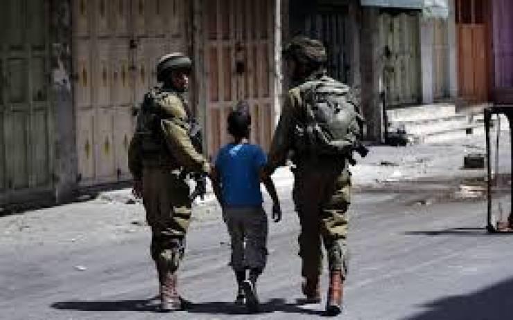 الاحتلال يصيب طفلا ويعتقله شرق رام الله