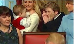 بالفيديو ..هذا ما فعله ابن ترامب بينما يوقّع والده أول قرارار له بشكل رسمي