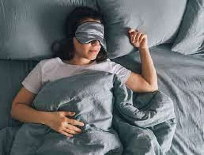 دراسة ..  النوم بوجود إضاءة قد يزيد من وزن النساء